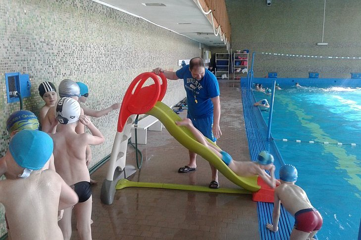 Zdjęcie uczniów korzystających na basenie ze ślizgawki zakupionej przez sponsora Foto lider z Lublina