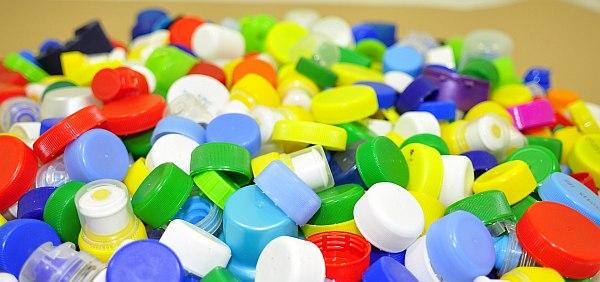 plastikowe nakrętki od butelek