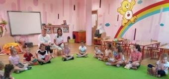 Poetycko i bajkowo, czyli wizyta grupy świetlicowej w przedszkolu Casper