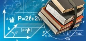 podręczniki na tle tablicy z wzorami matematycznymi