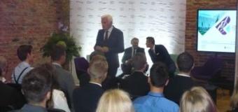 Jerzy Buzek rozmawia z młodymi parlamentarzystami
