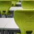 Uczeń w maseczce na tle ławek szkolnych
