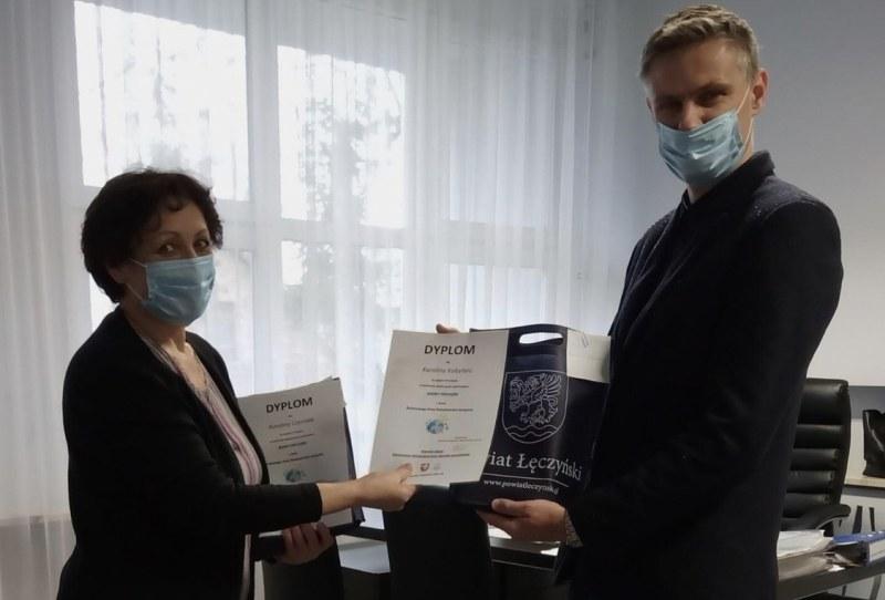 Pan Dyrektor ORW wręcza dyplomy i podziękowania Pani Dyrektor Teresie Baruk
