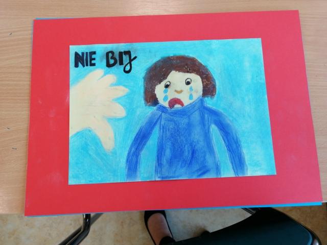 Plakat z hasłem: NIE BIJ! autorstwa Antoniego Zakrzewskiego. Praca wyróżniona.