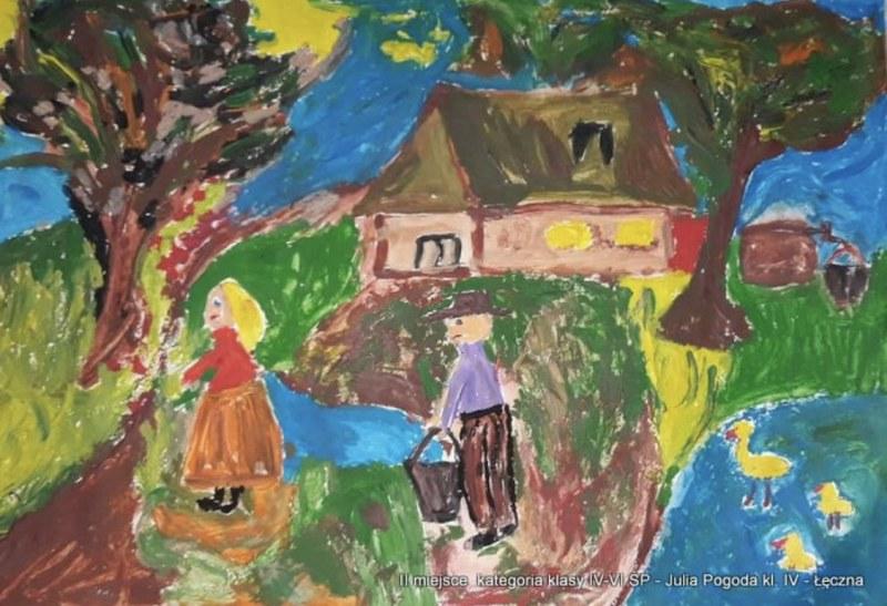 Na pierwszym planie chłopak oblewający dziewczynę wodą. W tle wiosenny krajobraz z dwoma drzewami i domem. Z prawej strony w stawie pływają trzy kaczęta