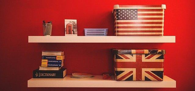 Pudełka w barwach flagi amerykańskiej i angielskiej stoją na półce