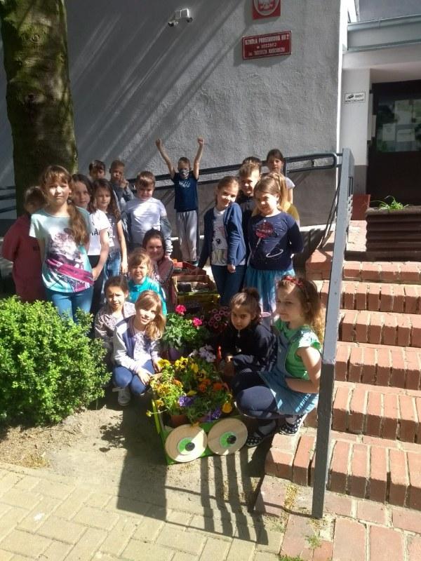 Klasa 3b ze swoimi kwiatami.