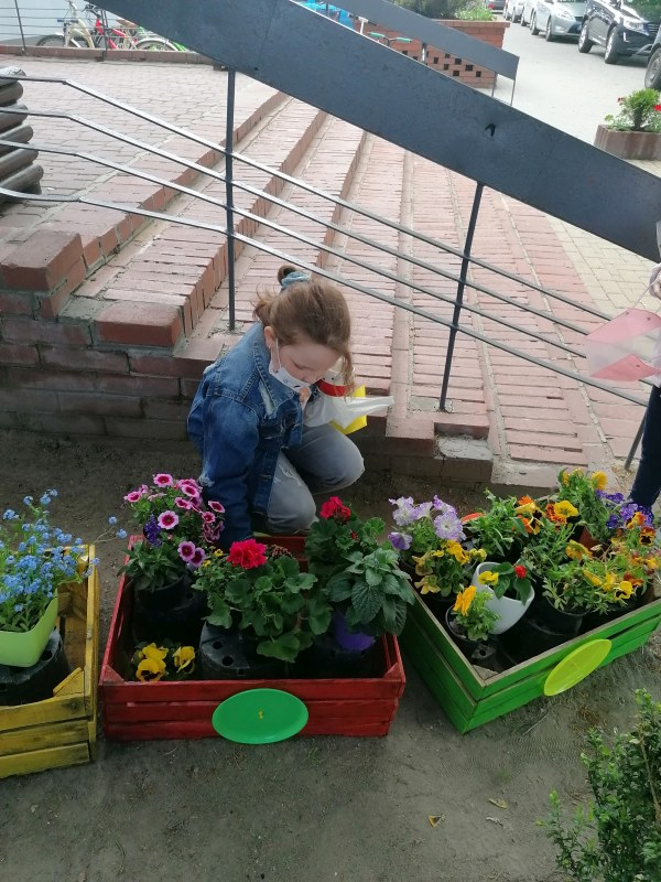 Klasa 2f-Lena sadzi kolejne rośliny.
