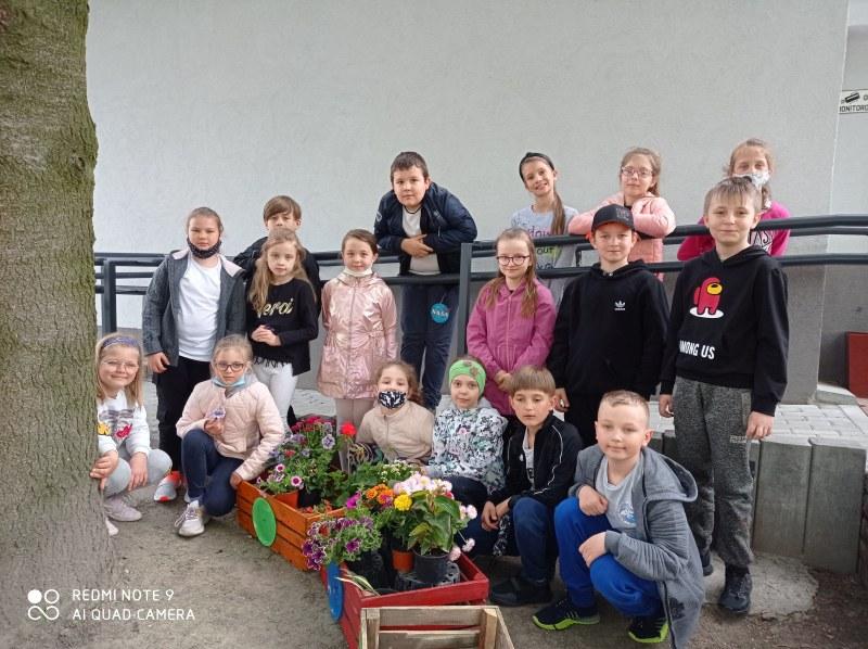 Klasa 2 c gotowa do sadzenia roślin.