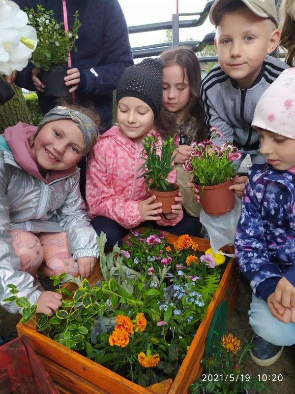 Klasa 1c z kwiatami.