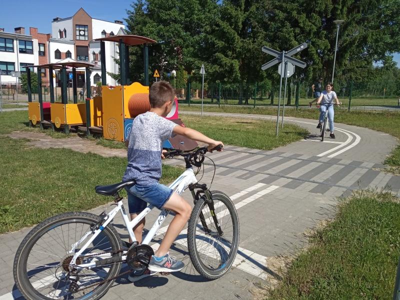 Uczniowie prawidłowo zatrzymują się przed przejazdem kolejowym.