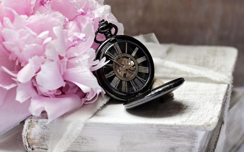 zegar na starej książce